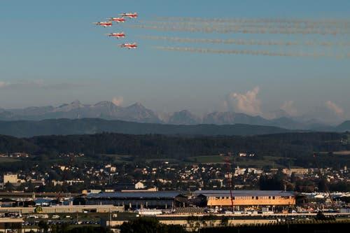 F5-Tiger der Patrouille Suisse zeigen ihre Kuenste am Himmel über dem Festgelände. (Bild: JEAN-CHRISTOPHE BOTT)