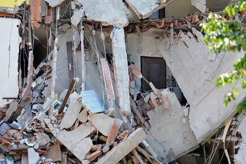Ein schwer beschädigtes Haus in Cavezzo. (Bild: Keystone /AP)
