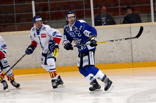 EVZ-Spieler Fabio Arnold (rechts) auf der Suche nach dem Puck. (Bild: Werner Schelbert / Neue ZZ)