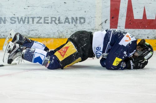 Zugs Josh Holden liegt nach einem Foul am Boden. Im Gegenzug erhöht Lugano auf 0:3. Das Foul blieb ungeahndet. (Bild: Keystone / Alexandra Wey)
