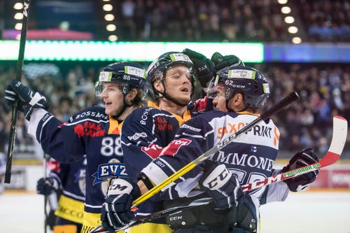 Jubel bei den Zugern Sven Senteler, Carl Klingberg und Jarkko Immonen (von links) nach dem 3:0. (Bild: Alexandra Wey / Keystone)