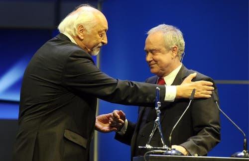 Karl Dall (links) übergibt Kurt Felix den Lifetime Award für sein Lebenswerk an der Preisverleihung des Schweizer Fernsehpreises am 24. Juni 2011 in Zürich. (Bild: Keystone)