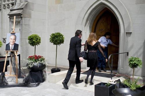 Trauergäste treten in die Kirche ein. (Bild: Keystone)