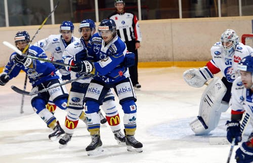 EVZ-Spieler Marc Marchon (mitte). (Bild: Werner Schelbert / Neue ZZ)