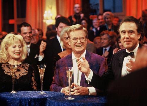 Kurt Felix moderiert Hommage «Danke Hazy!» im Hotel National in Luzern: Hazys Frau Eleonore Schmid, Hazy Osterwald und Moderator Kurt Felix (von links). (Bild: SRF)