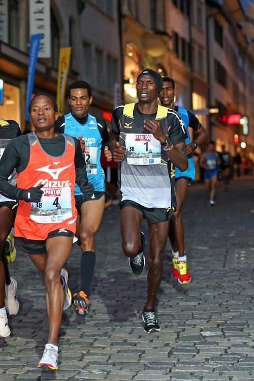 Bernard Matheka (links 4), Tadesse Abraham (mitt3 12) und der spätere Sieger Patrick Mugur Ereng (rechts 1) beim Elite Rennen der Männer am Luzerner Stadtlauf (Bild: Philipp Schmidli / Neue LZ)