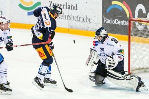 Zugs Jarkko Immonen (Mitte) im Duell mit Ambri-Torhüter Sandro Zurkirchen. (Bild: Alexandra Wey / Keystone)