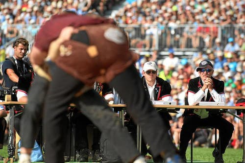 Preisrichter verfolgen einen Kampf. (Bild: Swiss-Image)