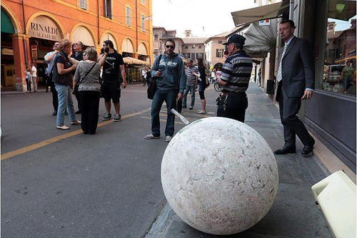 In Modena fiel eine Steinkugel von der Kirche «Voto» auf die Strasse. (Bild: Keystone / EPA)