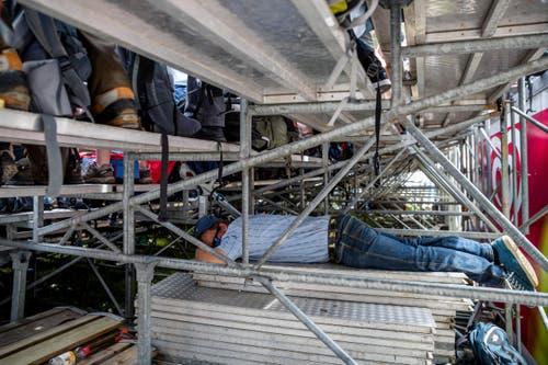 So kann man die Mittagspause auch verbringen: Ein Zuschauer schläft unter einer Tribüne. (Bild: Philipp Schmidli)