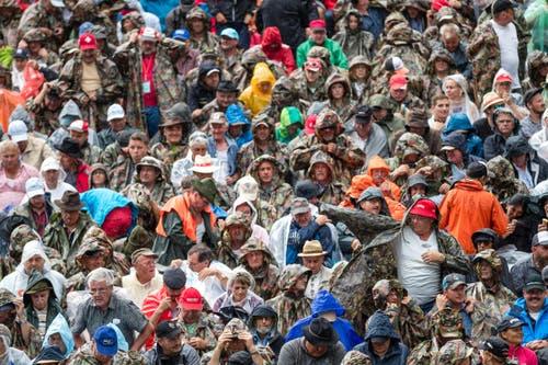 Die Zuschauer ziehen sich vor einem Gewitter Regenkleider an. (Bild: Philipp Schmidli)