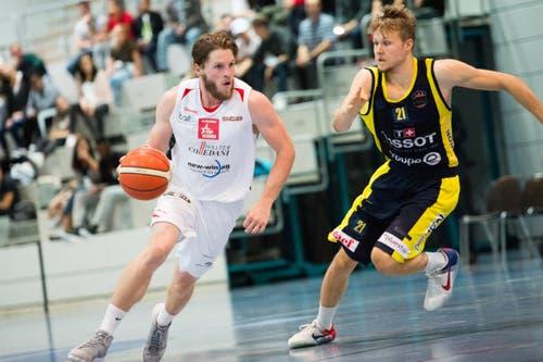 Luzerns Michael Plüss (links) gegen Neuenburgs Leo Schittenhelm. (Bild: Eveline Beerkircher)