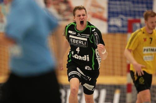 Yves Mühlebach freut sich über einen HCK-Treffer. (Bild: Roger Zbinden/Neue LZ)