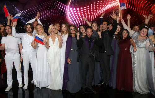Die Finalisten des ersten Halbfinals freuen sich auf der Bühne. (Bild: Ronald Zak)