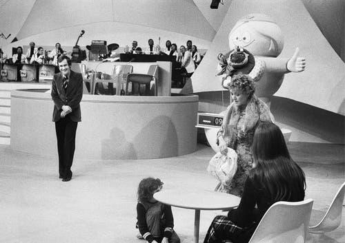 Die Schauspielerin Stephanie Glaser (rechts) tritt am 23. Februar 1974 als Tante Elise in der Sendung «Teleboy» mit Moderator Kurt Felix auf. (Bild: Keystone)