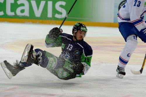 EVZ-Stürmer Alessio Bertaggia landet auf dem Eis. (Bild: Keystone)