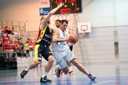 Setzt sich kraftvoll durch: Nicola Stevanovic von Swiss Central Basket (Mitte) gegen Neuenburgs Brian Savoy. (Bild: Eveline Beerkircher)