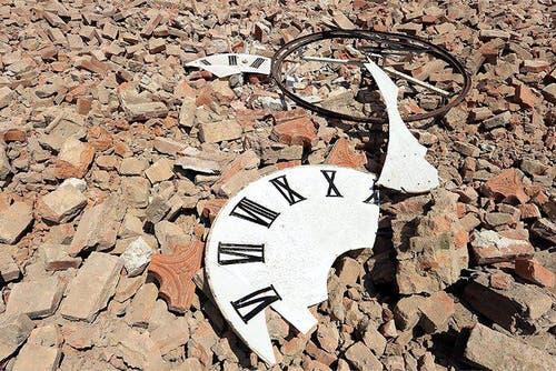Die Kirchenuhr liegt zerstört im Schutt. (Bild: Keystone / EPA)