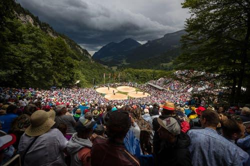 Viele Zuschauer geniessen das Schwingen auf dem Brünig trotz einiger Wetterkapriolen. (Bild: Philipp Schmidli)