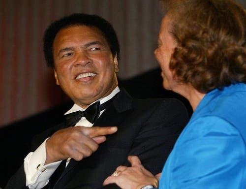 Muhammad Ali und seine Frau Yolanda im Jahr 2004 bei der Verleihung des «Spirit of Humanity Awards» in Washington. Muhammad Ali wurde mit dem besagten Award von der Arab American Institute Foundation ausgezeichnet. (Bild: Keystone)