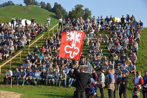 Einlagen der Fahnenschwingergruppe Stans. (Bild: Robert Hess (Neue OZ))