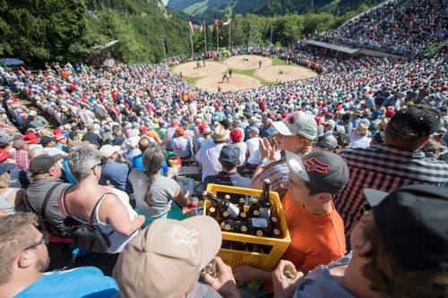 Der Nachschub an Bier darf nicht fehlen in der Schwingerarena. (Bild: Urs Flüeler/Keystone)