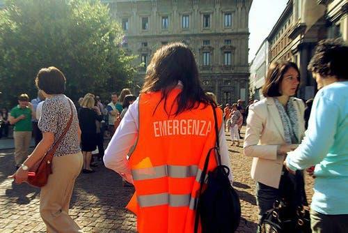 Selbst im etwa 150 Kilometer entfernten Mailand werden Gebäude evakuiert. (Bild: Keystone / EPA)