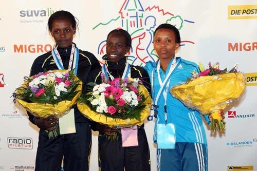 Beatrice Chepkoech, Cynthia Kosgei und Maryanne Wanjiru (von links) auf dem Podium nach dem Elite Rennen der Frauen am Luzerner Stadtlauf (Bild: Philipp Schmidli / Neue LZ)