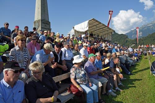 Die gespannten Besucher in Ennetmoos. (Bild: Robert Hess (Neue OZ))