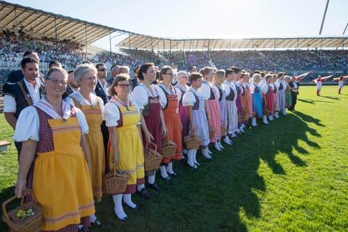 Eine Volkloregruppe bei ihrem Auftritt auf dem Festgelände. (Bild: URS FLUEELER)