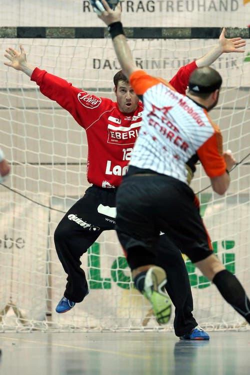 Der Krienser Goalie Roman Schelbert, links, vor Schaffhausens Rares Jurca. (Bild: Philipp Schmidli / Neue LZ)