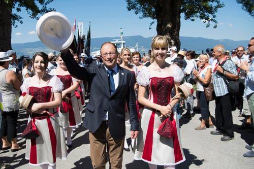 Albert Bachmann, OK-Präsident Estavayer 2016, in Begleitung von Ehrendamen am Fahnenempfang. (Bild: Keystone / Jean-Christophe Bott)
