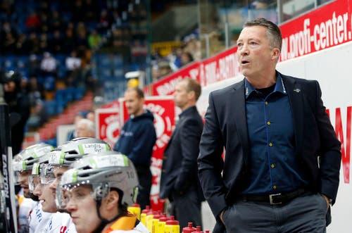 EVZ-Cheftrainer Harold Kreis gibt Anweisungen. (Bild: Keystone / Patrick B. Krämer)
