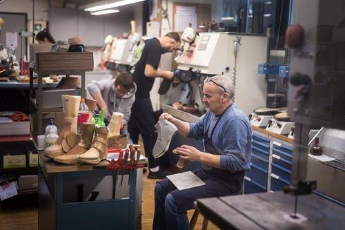 In der Schuhmacherwerkstatt von Hans Lüchinger in Rebstein arbeiten acht Fachkräfte und eine Büroangestellte. (Bild: Michel Canonica)