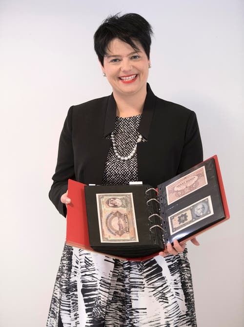 Marianne Rapp mit Banknotensammlung aus der ganzen Welt: Verkaufspreis 63'440 Franken (Verkaufspreis inkl. Aufschlag, ohne MwSt.). (Bild: pd)