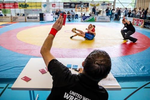 Ein Richter zeigt den Kampf an. (Bild: Philipp Schmidli)