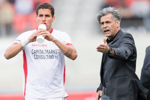 Alex Succar erhält Anweisungen von Sion-Trainer Maurizio Jacobacci. (Bild: Keystone)