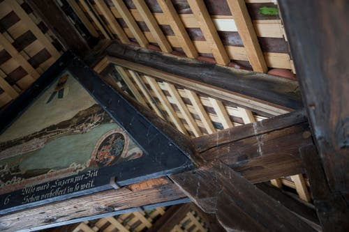 Von Auge kaum sichtbar: Glasscheiben zwischen den Bildern und dem Dachbalken rechts oben sollen das Feuer aufhalten. (Bild: Manuela Jans-Koch (Luzern, 3. Mai 2018))