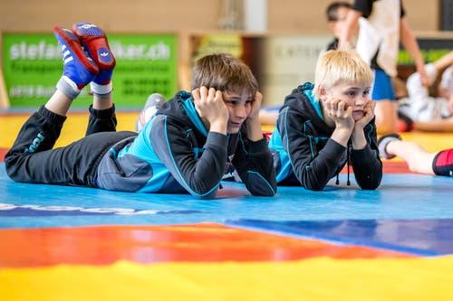 Zwei Ringer beobachten einen Kampf bei den Junioren Ringen-Meisterschaften in der BBZ-Halle in Willisau. (Bild: Philipp Schmidli)