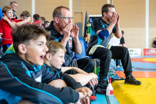 Betreuer und Klubkameraden des RC Oberriet Grabs feuern ihren Ringer an. (Bild: Philipp Schmidli)