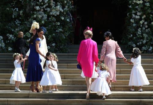 Die Herzogin Kate und Jessica Mulroney (im blauen Kleid) führen die Blumenmädchen in die Kirche. (Jane Barlow/pool photo via AP)