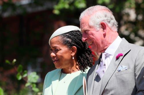 Die Brautmutter Doria Ragland und Prince Charles nach der Trauung. (Brian Lawless/pool photo via AP)