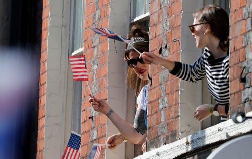 Die Frauen schwenken britische und US-amerikanische Flaggen. (AP Photo/Frank Augstein)