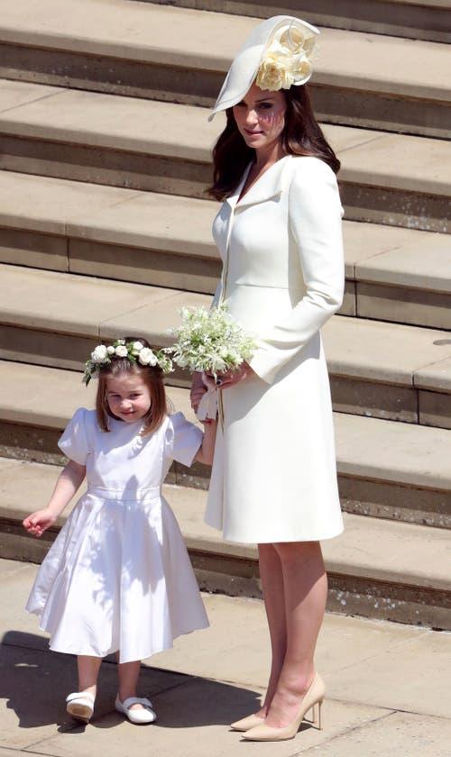 Kate, die Herzogin von Cambridge und Prinzessin Charlotte verlassen nach der Trauung die St. George's in Windsor. (Andrew Matthews/pool photo via AP)