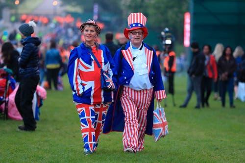 Die Fans zelebrierten den Event in den Farben und Flaggen von Grossbrittannien für den Prinzen Harry und von den USA für Meghan Markle. (Mike Egerton/PA via AP)