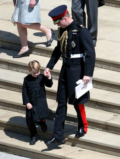 Prinz William mit Sohn Prinz George nach der Hochzeitsfeier. (Andrew Matthews/pool photo via AP)