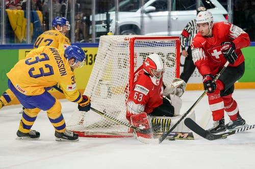 Viktor Arvidsson versucht es gegen Schweiz-Goalie Leonardo Genoni und Michael Fora. Bild: Andy Müller/Freshfocus (Kopenhagen, 20. Mai 2018)