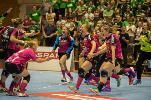 Die Spielerinnen von Spono Eagles rennen nach dem Sieg aufs Feld. | Bild: Dominik Wunderli (Nottwil, 22. Mai 2018)