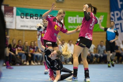 Brühls Yarima Altherr (Mitte) kann sich gegen die Nottwilerinnen Lisa Frey (links) und Ivana Ljubas durchsetzen. | Bild: Dominik Wunderli (Nottwil, 22. Mai 2018)