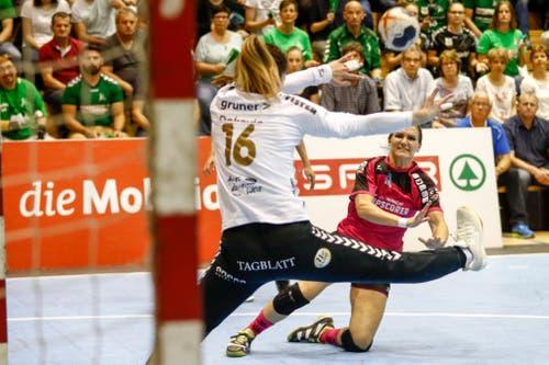 Spono-Topskorerin Neli Irman (rechts) versucht Brühl-Torhüterin Sladana Dokovic zu bezwingen.